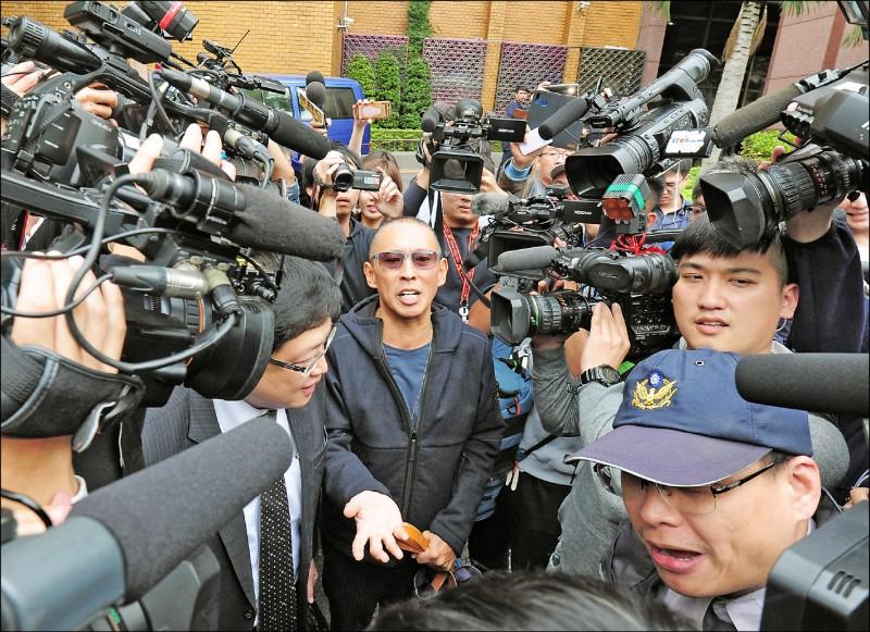 被控性侵女劇組人員的「豆導」鈕承澤(中)日前向台北地院聲請解除限制出境處分,抗告案遭台北地院駁回,仍不准其出境。(資料照)