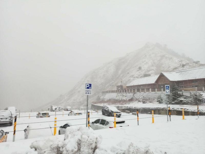 合歡山從昨晚斷斷續續下雪迄今,使得武嶺一帶呈現一片雪白世界。(布丁水電工提供)