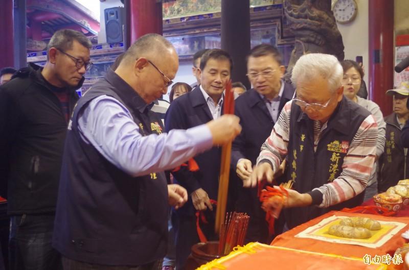 嘉義新港奉天宮今天上午舉行抽國運籤儀式,董事長何達煌(左1)與董監事將籤放入籤筒。(記者王善嬿攝)