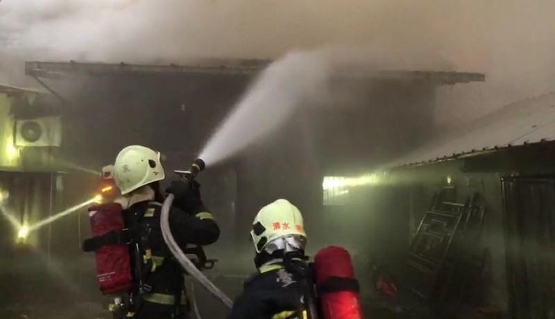 台中沙鹿今天上午發生民宅火警,消防人員獲報到場出水搶救,不過1名婦人燒死在屋內。(記者陳建志翻攝)