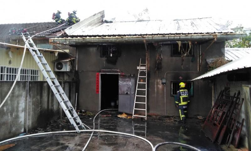 台中沙鹿今天上午發生民宅火警,1名婦人燒死在屋內,還有1名消防人員救災過程從屋頂跌落地面送醫。(記者陳建志翻攝)