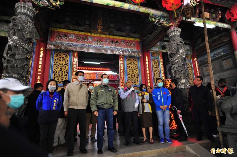 馬英九今天到台南發祈福卡行程緊湊,且全程戴口罩宣導防疫。(記者王捷攝)