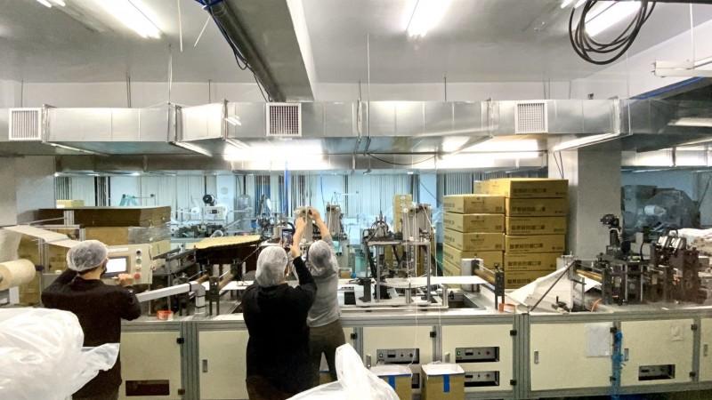 林口區威欣利實業有限公司口罩工廠因應武漢肺炎疫情,春節期間加班生產。(新北市政府提供)