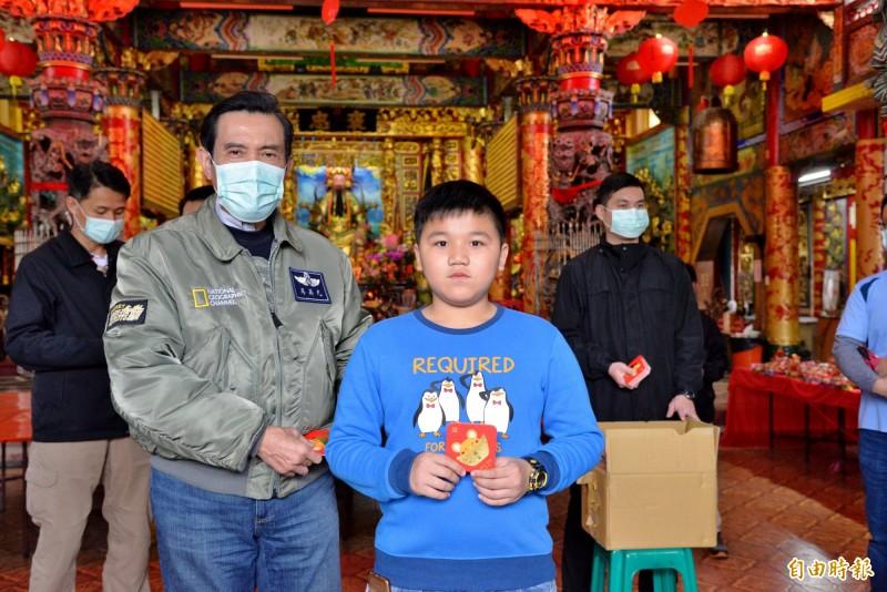 大年初四,馬英九戴著口罩至高雄褒忠義民廟參香並發送祈福卡。(記者許麗娟攝)