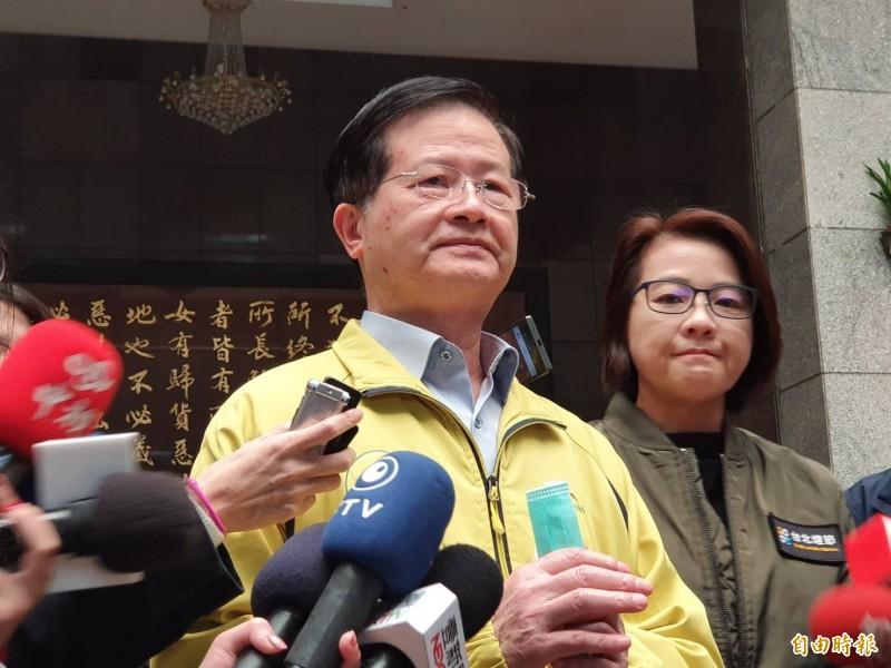 台北市副市長黃珊珊(右)說,開學前會在學校做防疫的準備,像是消毒等。(記者楊心慧攝)