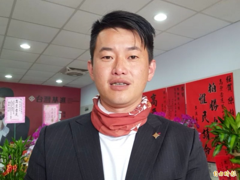 行政院長蘇貞昌宣布禁止台灣口罩出口1個月遭部分人批評,陳柏惟今天受訪表示,台灣口罩「生吃都不夠,哪還可以曬乾?」,支持政院作法。(記者陳建志攝)