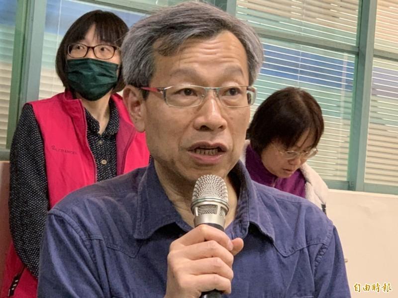 衛生局長葉彥伯今晚親上火線說明。(記者湯世名攝)