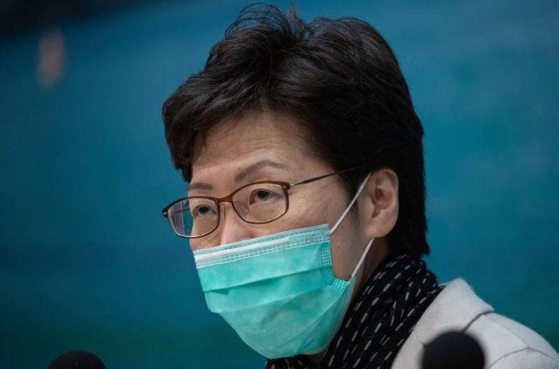 香港特首林鄭月娥表示,政府將暫時關閉與中國的部分邊界,且停止發放中國旅客許可證,部分交通運輸工具也將停止服務。(彭博)