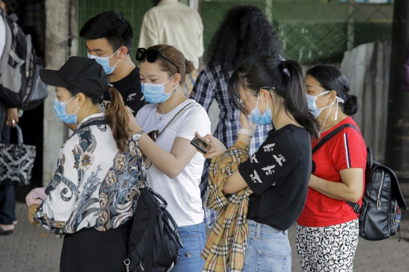 斯里蘭卡出現武漢肺炎首例確診,可倫坡街頭已出現許多戴口罩民眾。(歐新社)
