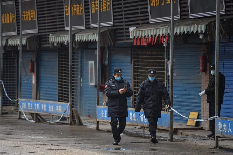 武漢金銀潭醫院副院長黃朝林指出,華南海鮮市場不是冠狀病毒的唯一發源地。圖為武漢華南海鮮批發市場。(法新社)