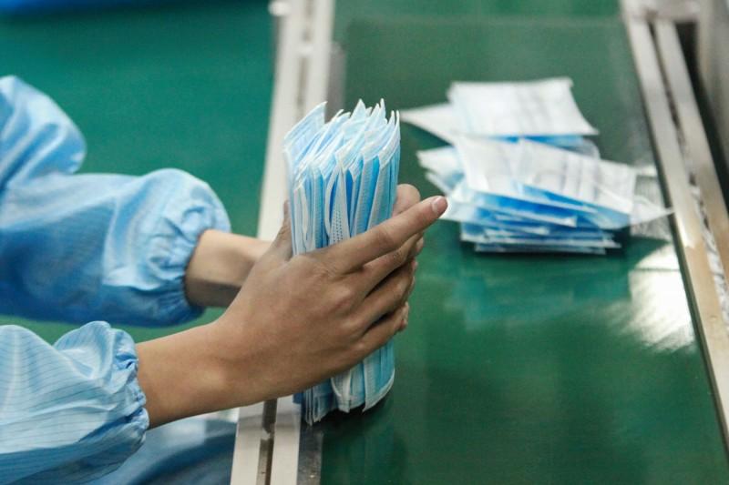 中國武漢肺炎疫情持續延燒,加拿大安大略省多倫多市據稱出現第2名「推定」病例,且其為首例患者的太太。日前溫哥華地區也傳出部分城市藥房口罩售罄的消息。示意圖。(法新社)