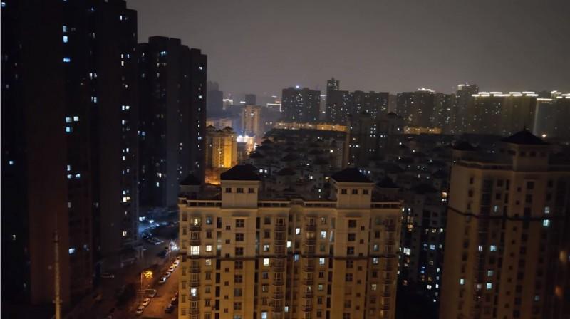 有網友分享一段影片,竟是武漢市民在晚間一起開窗戶唱歌打氣,醫生聞訊為此呼籲,飛沫會飛散傳播,應「立即停止開窗唱歌」。(圖擷自YouTube)