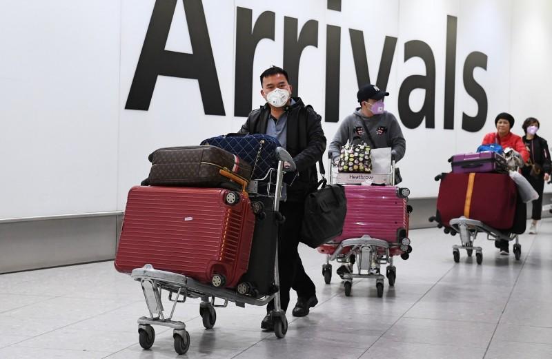 中國武漢肺炎疫情爆發,國際社會不敢大意。英國公衛部(PHE)近日發出指令,要求醫療人員注意隔離,即使是搬運遺體也務必使用屍袋,並全程穿戴保護配備。圖為英國希斯洛機場。(歐新社)