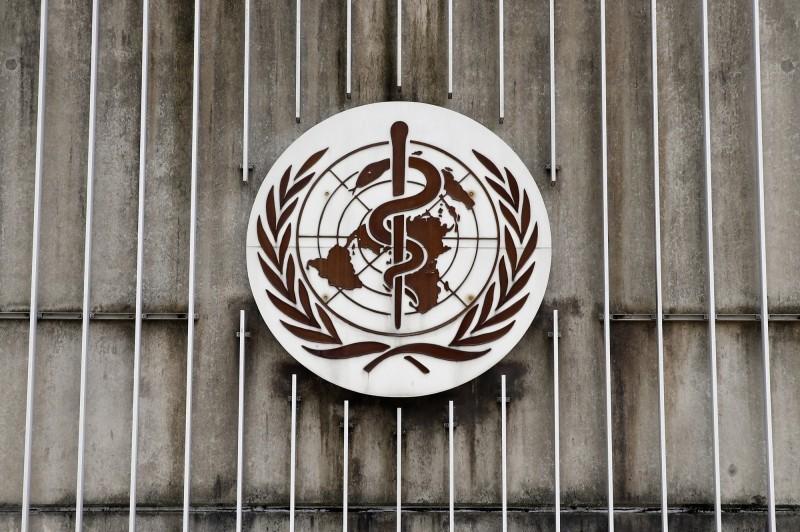 WHO報告將武漢肺炎疫情列為中等,事後更正為「高度」。(彭博)