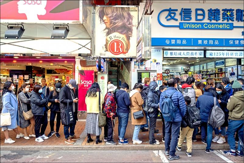 中國「武漢肺炎」強勢來襲,香港防疫措施不斷升級,當地一家藥局廿八日甚至免費發送口罩給民眾自保。(彭博)