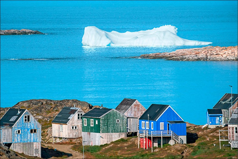 ▲格陵蘭東南部庫盧蘇克鎮沿海所見的冰山。(法新社)