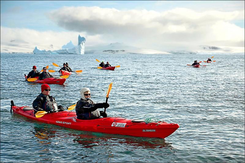 ▲去年11月觀光客在南極半月島搭獨木舟欣賞南極海域。(法新社)