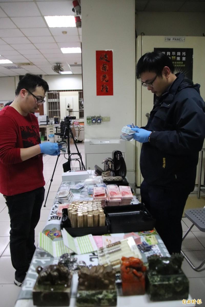 專案小組發現劉男銷贓方法,除了買車、買金飾、買毒品,圖前4顆玉璽也是他銷贓的方式。(記者黃美珠攝)