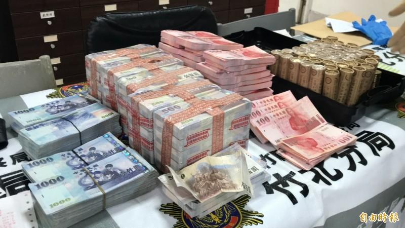 新竹檢警在劉男的座車後行李箱查獲高達396萬多的贓款,很多仍是出自銀行時「原封未動」的樣子。(記者黃美珠攝)