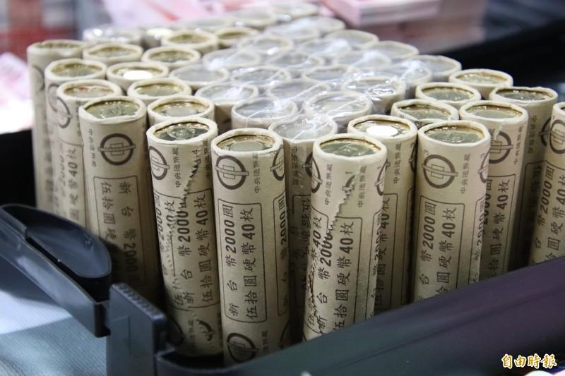 40枚1疊的50元硬幣,成束被起獲,就連辦案經驗豐富的員警也大嘆首次看到。(記者黃美珠攝)