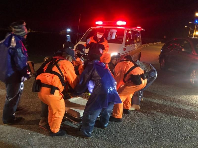 救護車抵達現場將受傷船員送至台南奇美醫院治療。(海巡署南部分署提供)