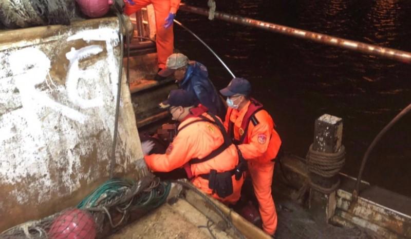 海巡署南部分署第一一岸巡隊接獲通報前往協助救治船員。(海巡署南部分署提供)