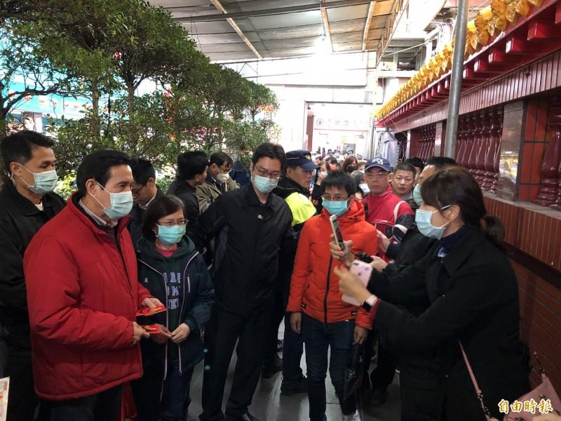 前總統馬英九到台灣省城隍廟發送福卡。(記者陳昀攝)