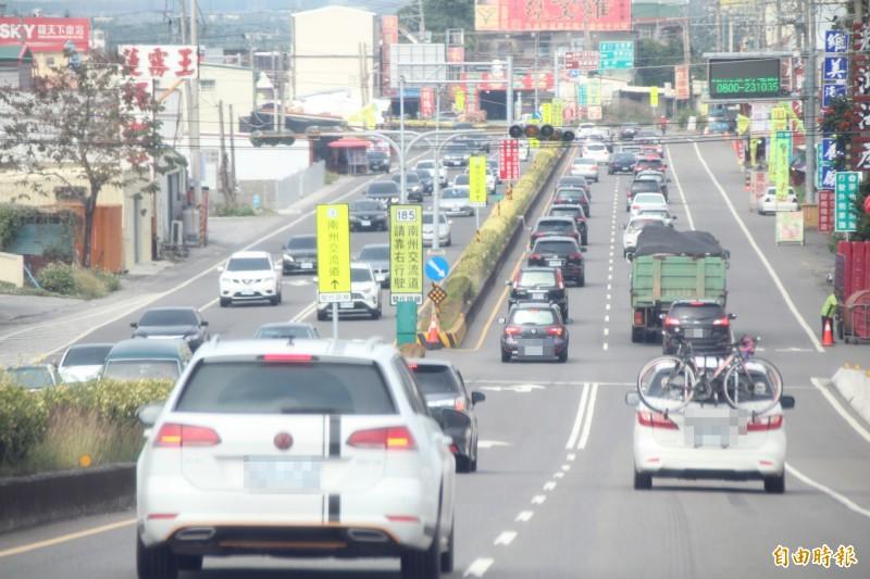 台1線屏縣段午後車流增加。(記者羅欣貞攝)