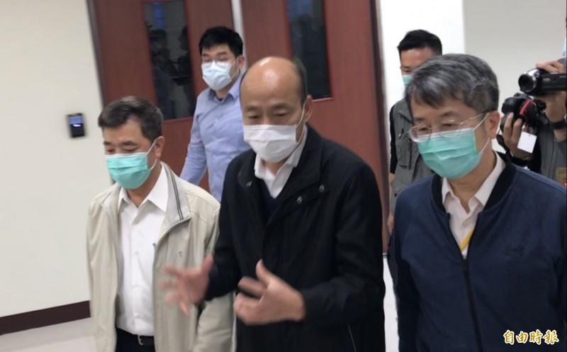 高雄市長韓國瑜主持一級開設防疫會議,發病趴趴走台商搭乘捷運接觸史已掌握。(記者黃良傑攝)