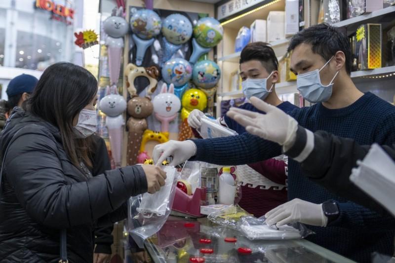 武漢肺炎擴散,各地區民眾排隊買口罩,卻有不肖商人哄抬價格。圖為示意圖。(彭博)