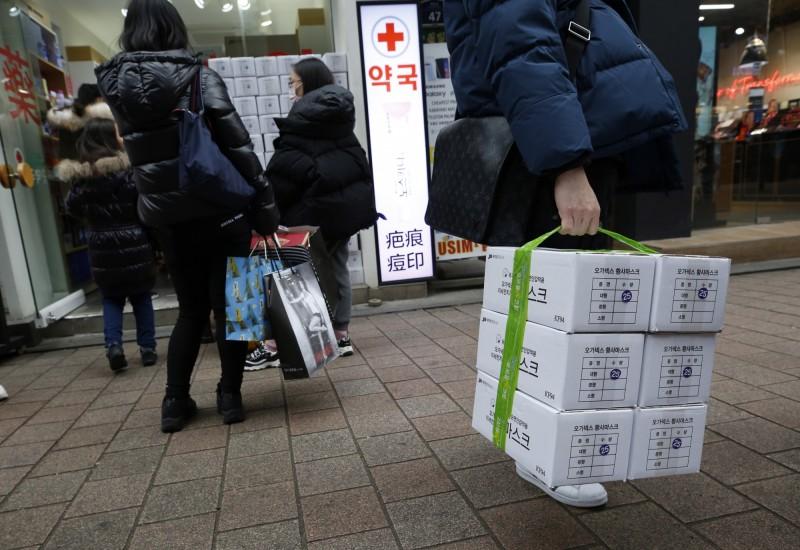 南韓保健福祉部疾病管理本部將武漢肺炎被列為「甲級傳染病」。圖為南韓民眾搶購口罩。(歐新社)