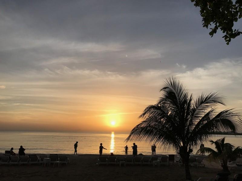 美國地質調查所今天表示,牙買加濱海城市盧西(Lucea)西北117公里處遭到規模7.7強烈地震襲擊,震源深度約10公里。圖為2017年所攝,人們在日落時分的海灘上的剪影。(法新社資料照)