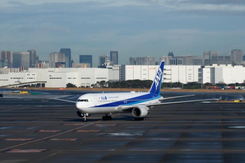 日本首架從武漢撤離的專機,今早抵達東京羽田機場。(彭博社)