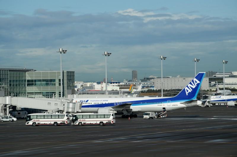 日本政府正研擬是否要派出第二批及第三批撤僑專機。(彭博)