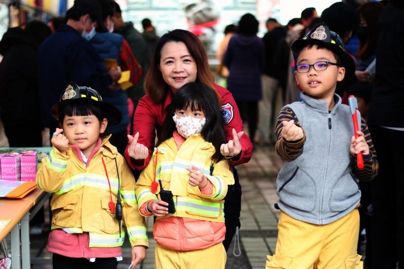 小朋友換上迷你消防衣體驗,模樣可愛又逗趣。(保西消防分隊提供)