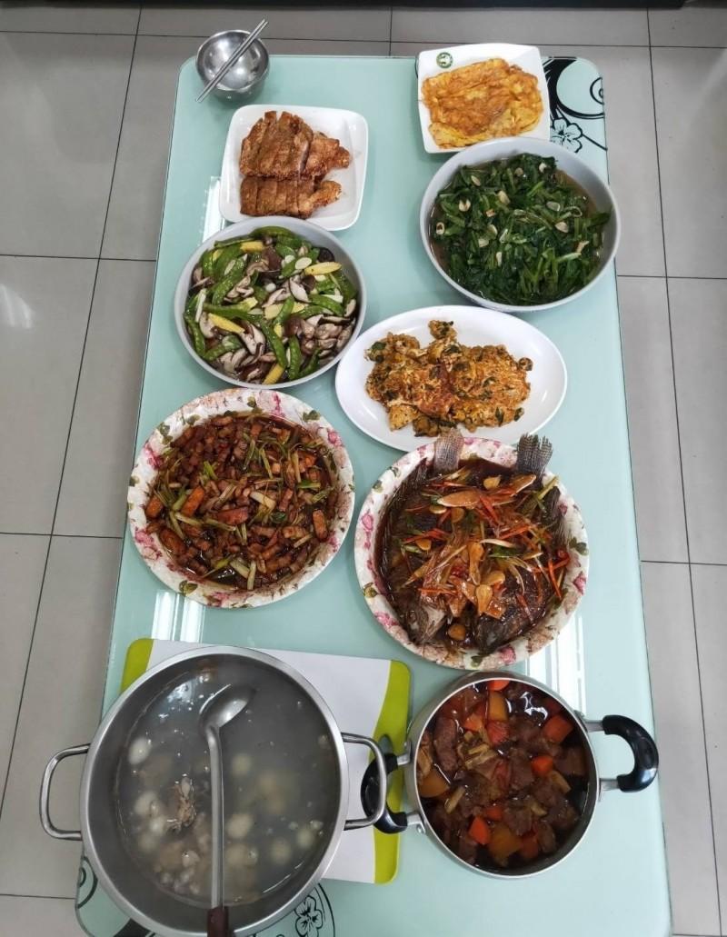 烏日分局三和派出所副所長李元寶春節期間展手藝,煮了一桌豐盛菜餚暖了員警的胃。(記者陳建志翻攝)