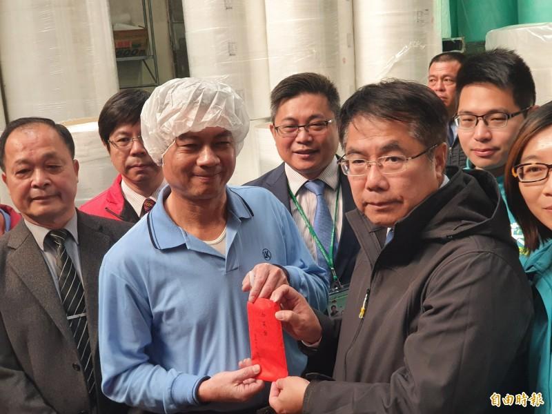 台南市長黃偉哲今至白河視察口罩工廠,對於業者配合防疫趕工致贈加菜金慰勞。(記者王涵平攝)