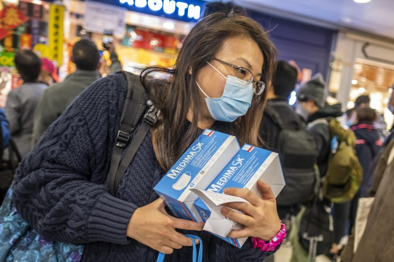 香港百佳超市在29日公布口罩進貨,引起大批人潮排隊搶購。(彭博社)