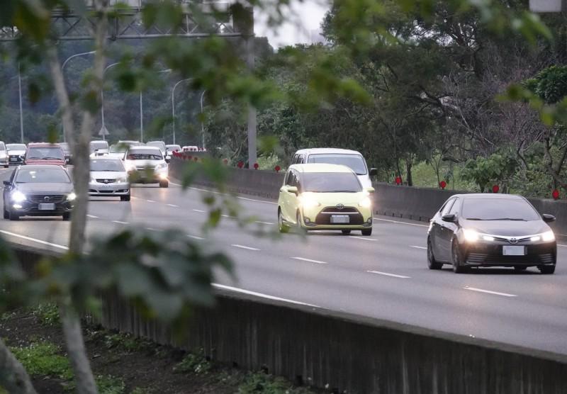 今年大年初一到初五國道共發生686件交通事故,比去年同期減少,初二整天卻有232件交通事故,創下歷史新高。(中央社)