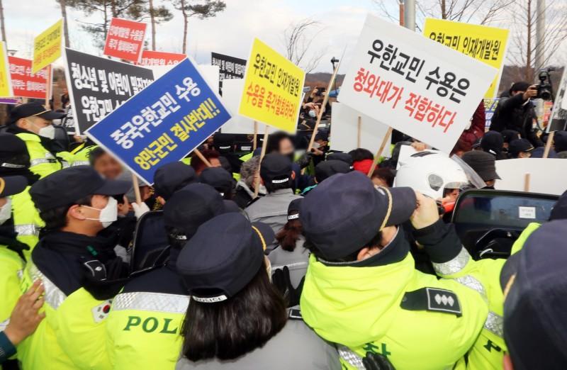 南韓擬將從武漢撤離的僑民安排在忠清南道牙山市和忠清北道鎮川郡的隔離中心,卻引發當地民眾抗議。(歐新社)