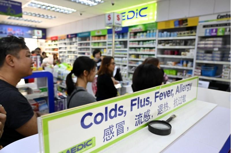 中國武漢肺炎疫情肆虐,新加坡民眾搶購抗疫產品。(法新社)