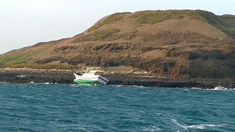 澎湖籍漁船擱淺在風櫃外海域,船上有兩人待援。(澎湖海巡隊提供)