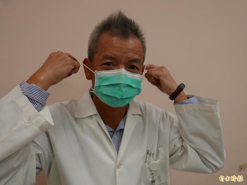 台中榮總醫師陳伯彥指出,醫護人員一般看診時配戴外科口罩,民眾防疫也是配戴一般外科口罩即可。(記者蔡淑媛攝)