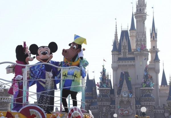 日本東京迪士尼樂園以及迪士尼海洋樂園也宣布,今起將暫時取消與遊客互動的活動。(資料照,美聯社)