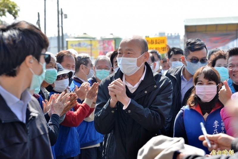 韓國瑜今天至路竹天后宮參香祈福時表示,萬一疫情真的爆發,需要將患者集中收容,需要營區,希望國防部協助高雄。(記者許麗娟攝)