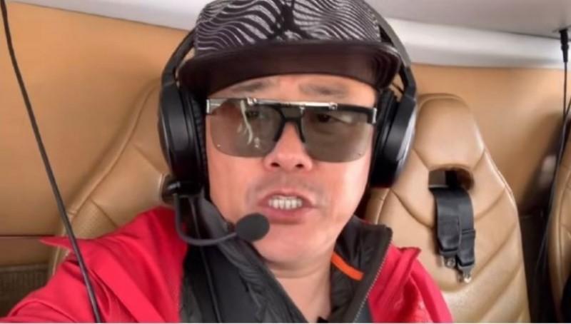 中國藝人周立波發影片調侃以逝美國NBA球星柯比布萊恩,周表示,「柯比,你上去以後就下不來了,我不同」。(圖取自周立波微博)