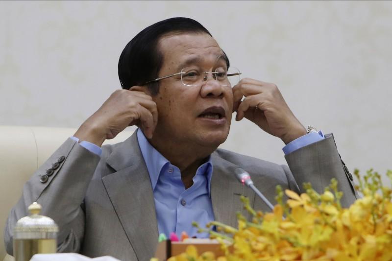 柬埔寨總理洪森(Hun Sen)在記者會上要求人民對武漢肺炎保持鎮定,接著在現場威脅記者及官員「不准戴口罩」,認為「人們不該歧視中國人」,並強調自己不會撤僑、停止直航。(美聯社)
