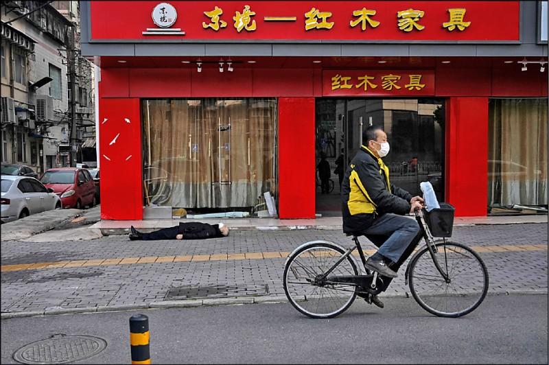 武漢街頭上月卅日驚見戴口罩男子死在路邊,不確定是否身患「武漢肺炎」,路人爭相走避。