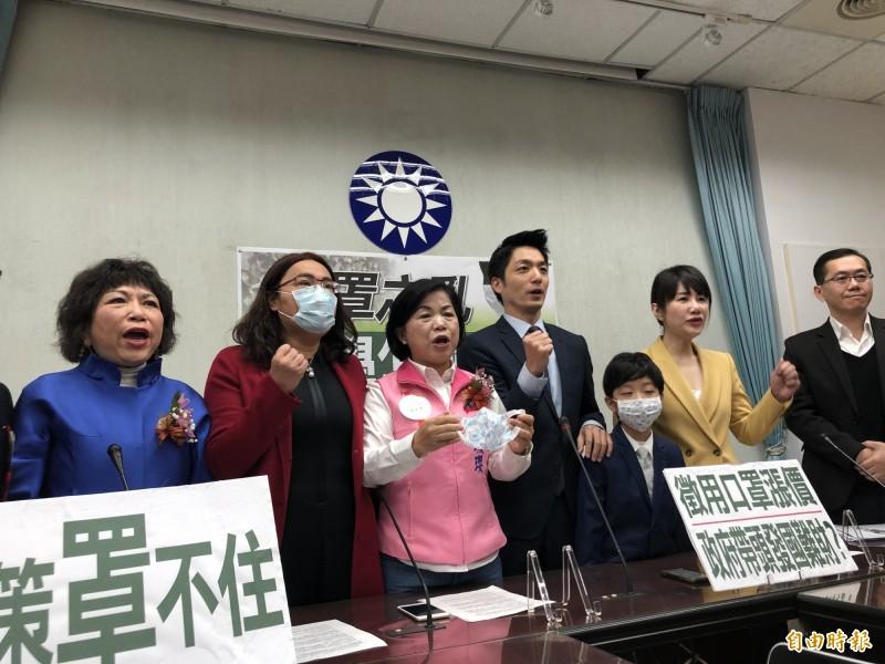 國民黨立委蔣萬安帶著兒子參與黨團記者會,質疑開學在即卻沒兒童口罩。(記者陳昀攝)