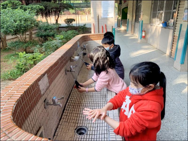 全國中小學預計在二月十一日如期開學,學校須備妥口罩、肥皂加強防疫,並教導學童勤洗手。(資料照)